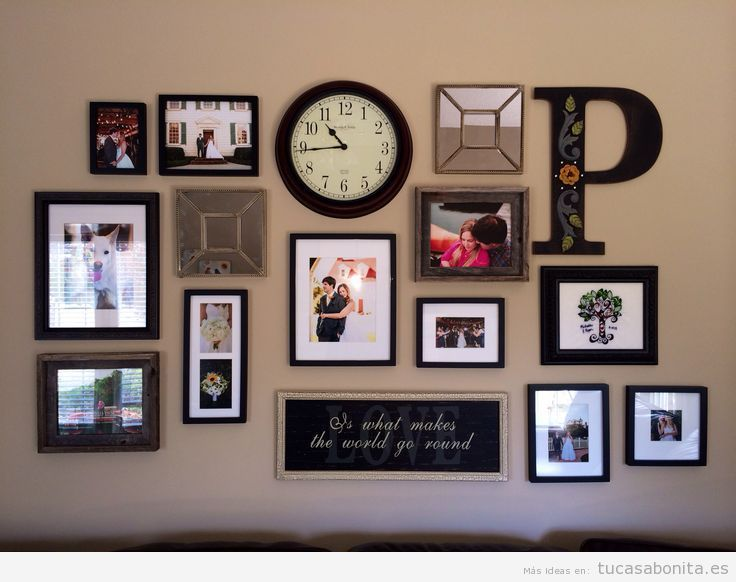 Ideas decorar pared salón con mural de fotos, letras y relojes