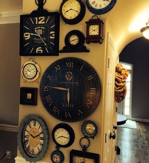 Murales hechos con fotos, relojes y letras para decorar las paredes de tu hogar