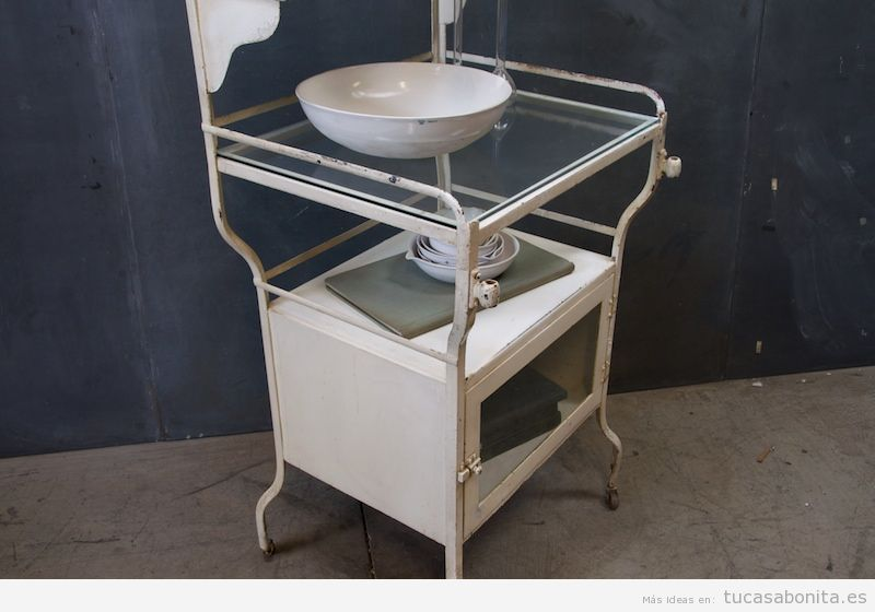 Aparador consulta médica antigua, decoración vintage