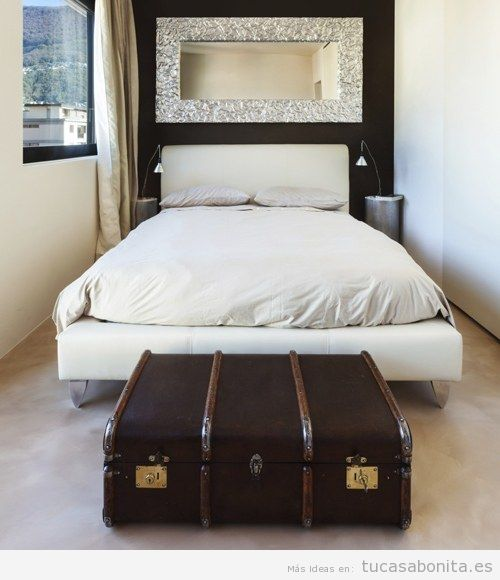 Maletas y baules antiguos para decorar pie de cama de matrimonio