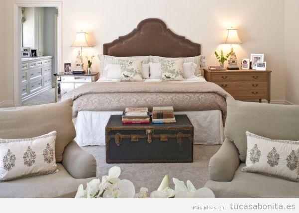 Maletas y baules antiguos para decorar pie de cama de matrimonio 2