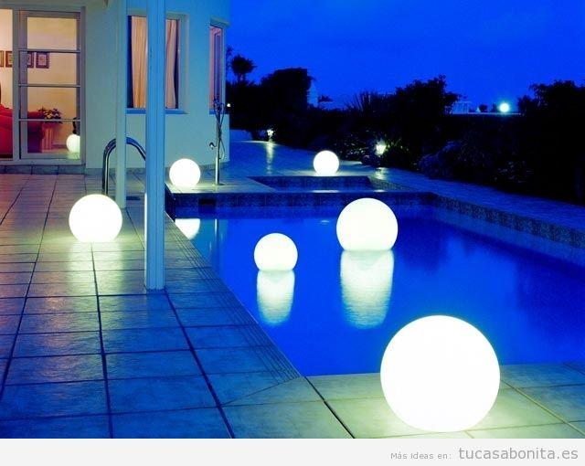 Decoración piscina exterior con velas