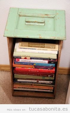 Pilas de libros como mesita de noche