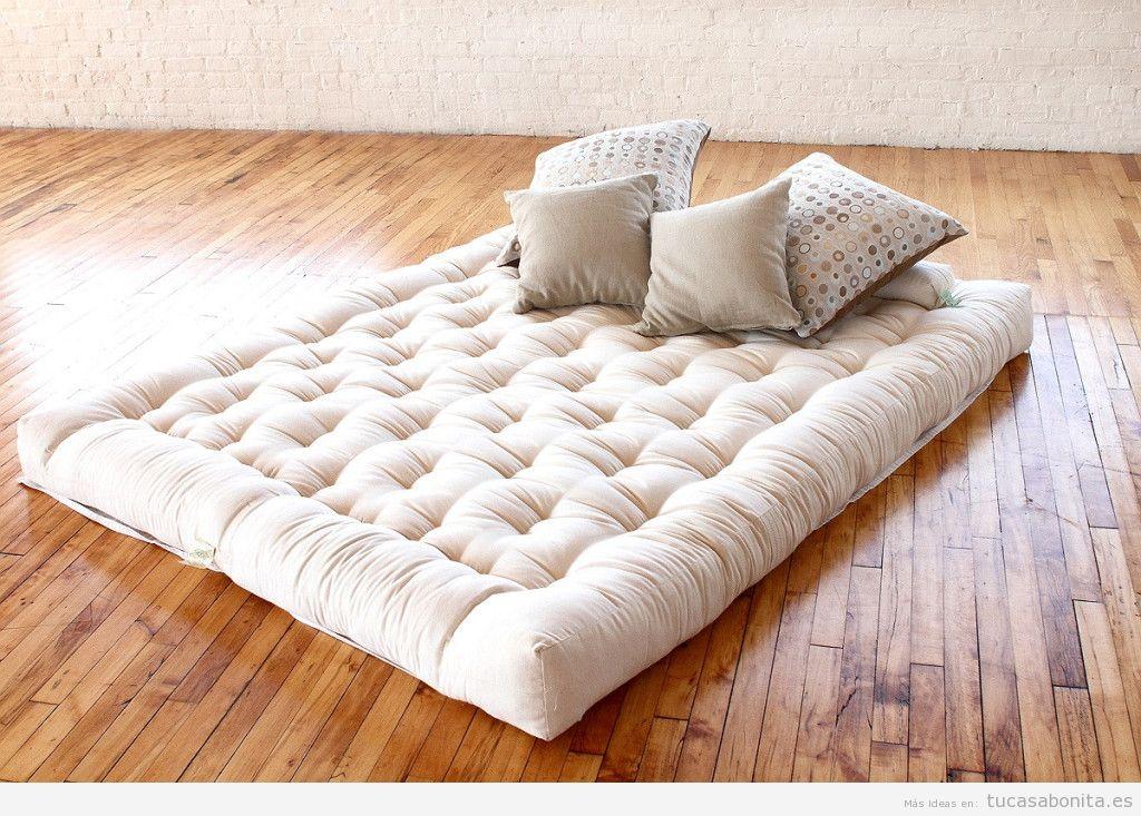 Cama matrimonio futón en el suelo