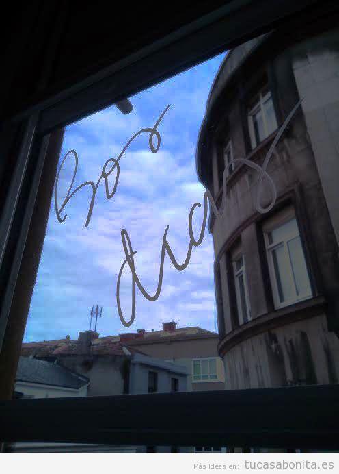 Decoración ventana frase escrita con tiza líquida