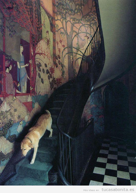 Mural pintado en la pared de unas escalers