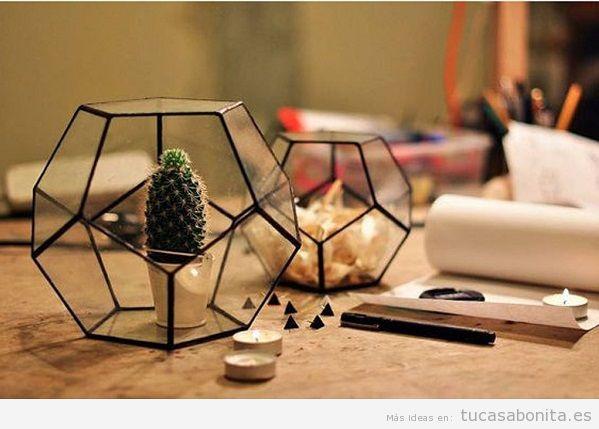 Decoración sala de estar minimalista con jarrones geométricos