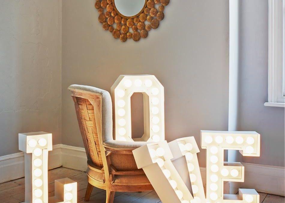 Letras grandes para decorar las paredes de casa: ¡de madera, de metal y luminosas!