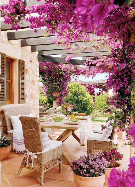 Casa costa mediterranea con buganvilla