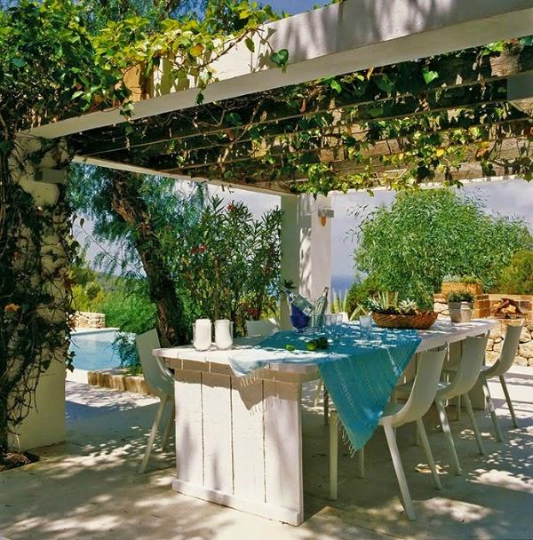 Casa costa mediterranea con terraza con pérgola