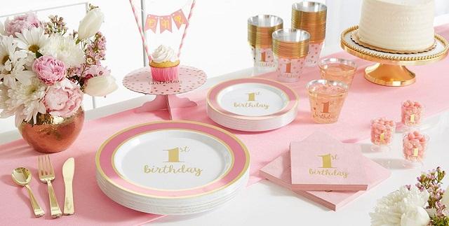 Decorar mesa de cumpleaños con platos y cubiertos desechables 9