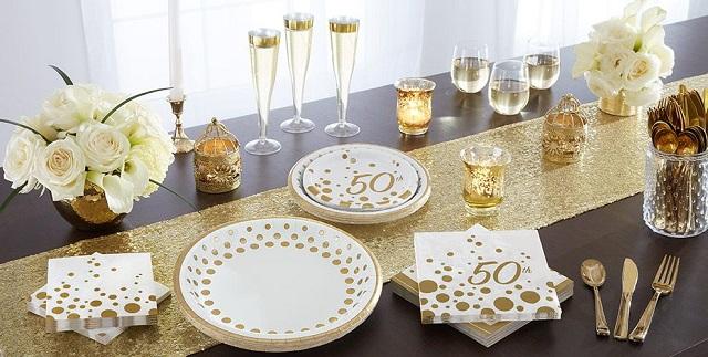 Decorar mesa de cumpleaños con platos y cubiertos desechables 2