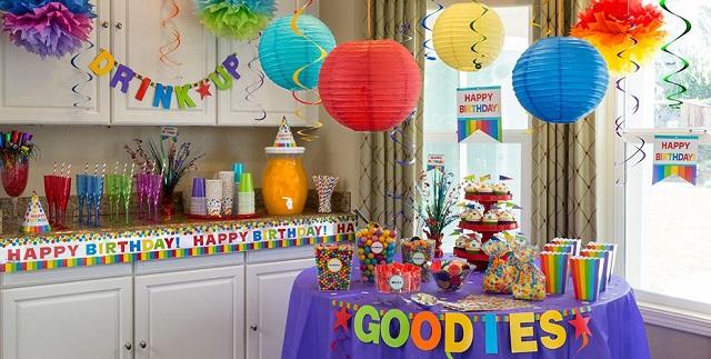 Decorar mesa de cumpleaños con platos y cubiertos desechables 5