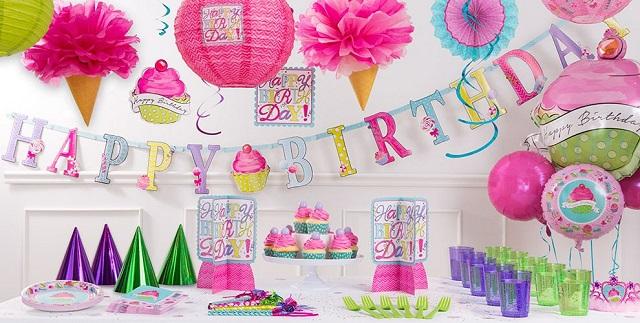 Decorar mesa de cumpleaños con platos y cubiertos desechables