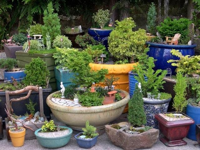 Decoración de jardines con macetas y tinajas
