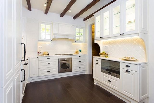 Diseño de cocina con bigas en el techo
