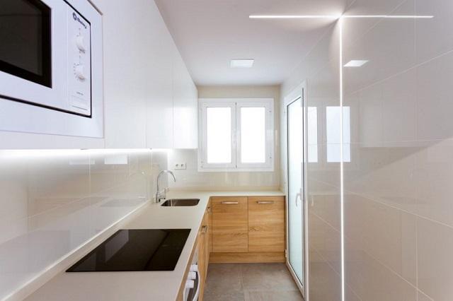 Diseño de cocina con muebles madera clara