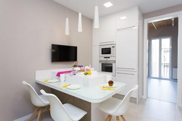 Diseño de cocina con mesa grande