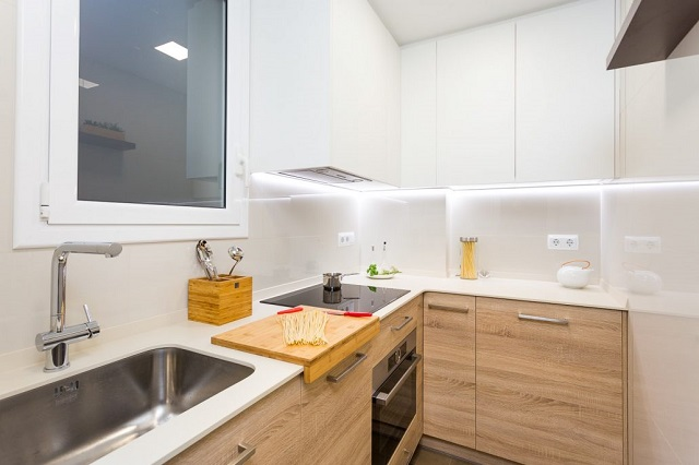 Diseño de cocina con muebles madera clara 2
