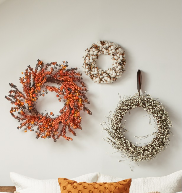 Ideas para decorar el dormitorio en otoño con coronas