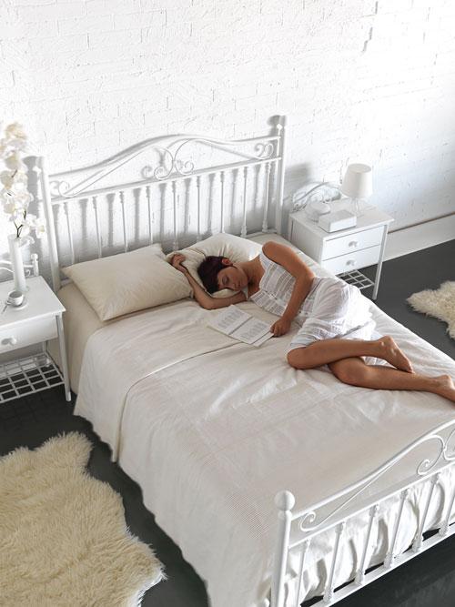 Cabeceros de forja para un dormitorio rústico