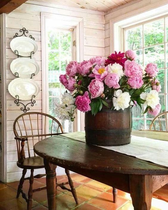 Decoración con ramos de peonías, mesa de la cocina