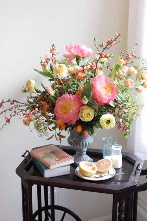 Decoración con ramos de peonías, mesa auxiliar