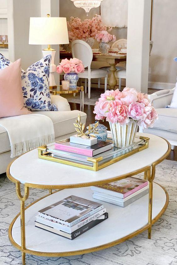 Decoración con ramos de peonías, mesa de café