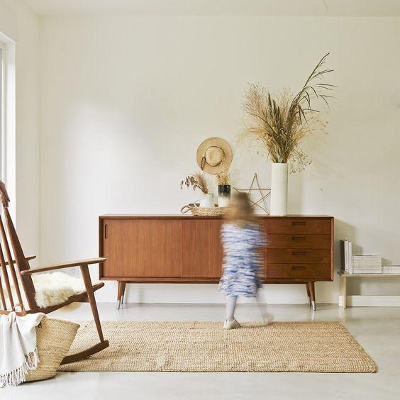 Aparador vintage en el dormitorio del bebé