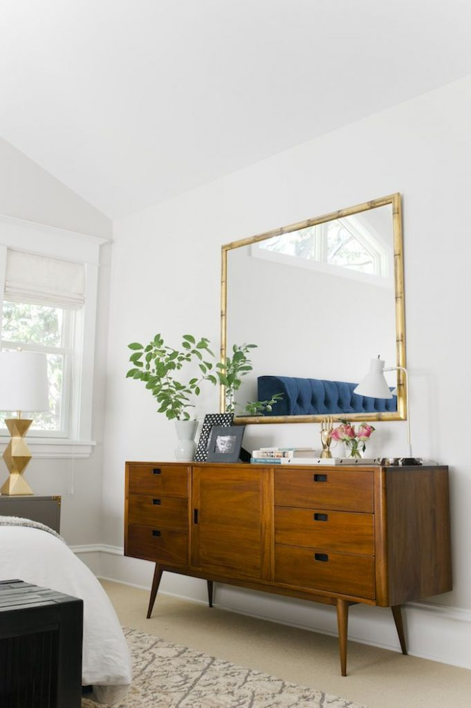Aparador vintage en el dormitorio de matrimonio