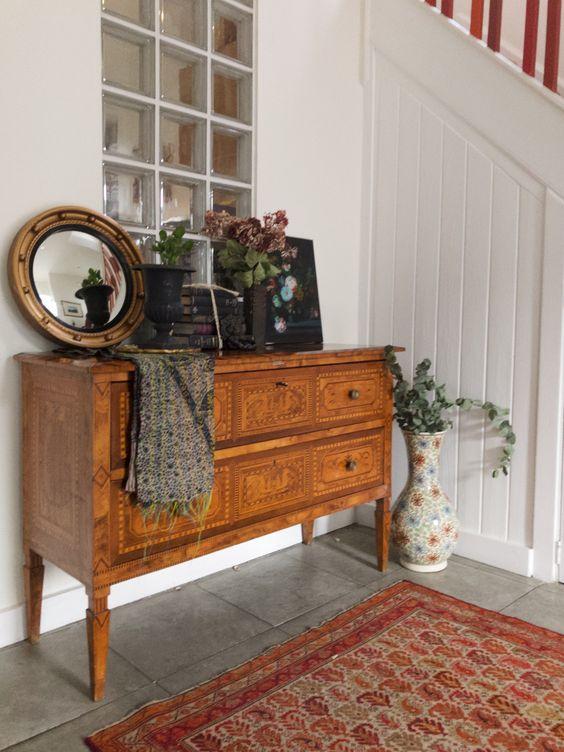 Aparador vintage en el recibidor rústico