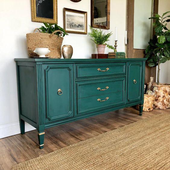 Aparador vintage verde en la sala de estar