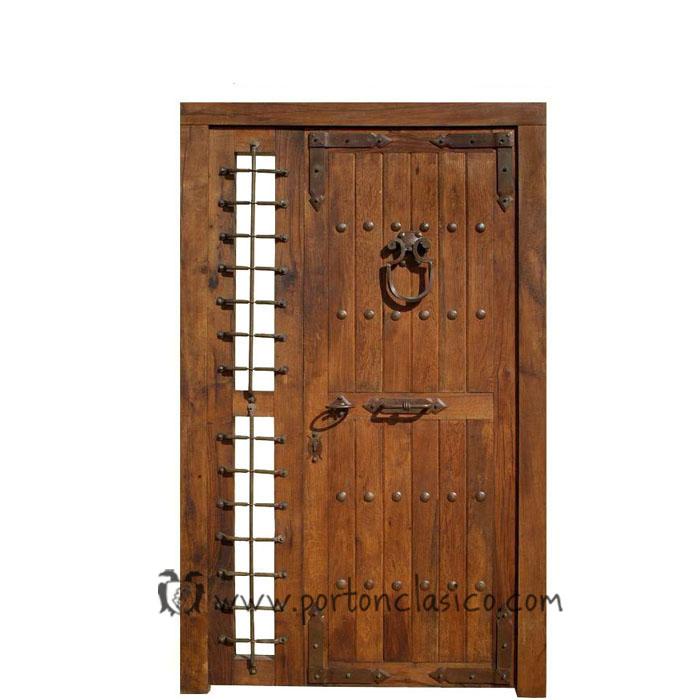 Puerta rústica de madera con herrajes de forja