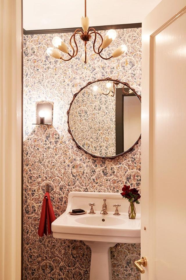 Baño pequeño moderno con papel pintado de flores