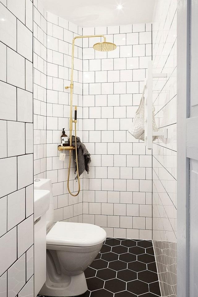 Baño pequeño moderno con azulejos combinados