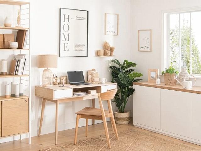Mesa de escritorio blanca y madera clara
