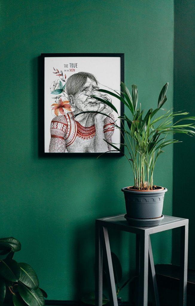 Cuadro de Whang Odd en pared verde