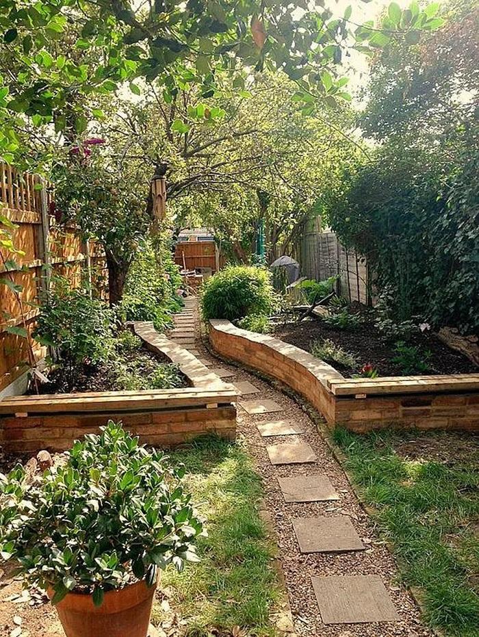 Jardín con camino empedrado
